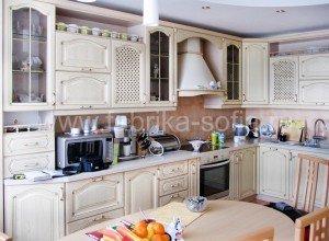 Классический светлый кухонный гарнитур. Модель изготовлена на заказ.