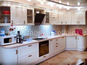Кухня в классическом стиле из осветленного массива дуба.