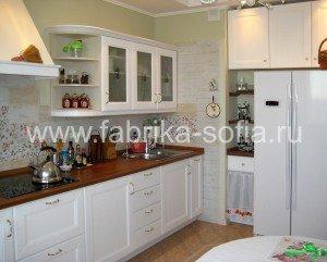 Изящная светлая кухня для любителей классического стиля.